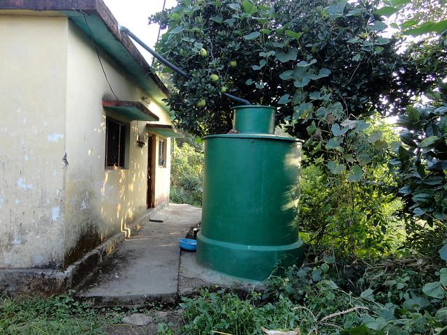 त्रिलोक बिष्ट के घर के पीछे बनाया गया रेनवाटर हार्वेस्टिंग टैंक