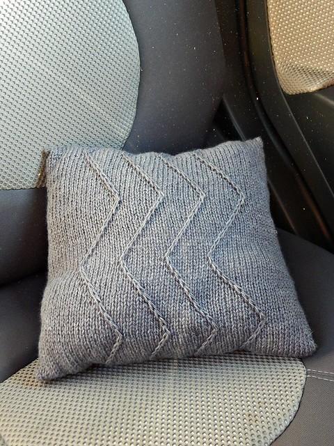 серая подушка, несъёмный чехол спицами | horoshogromko.ru
