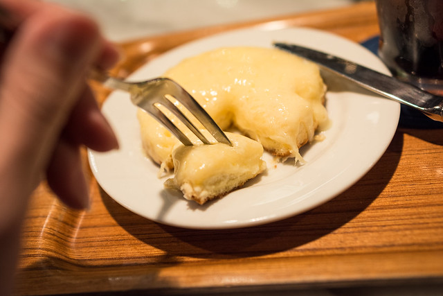 デンマークチーズケーキにフォークを刺した写真