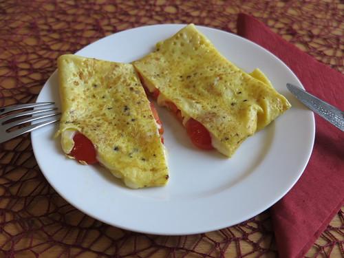 Omelett gefüllt mit Käse und Tomaten