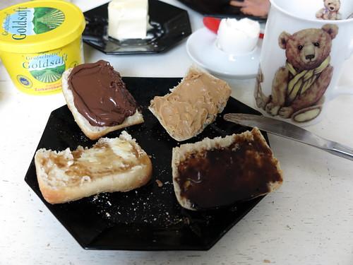 Nutella, Erdnussbutter, Goldsaft und Traubengelee auf Aufbackbrötchen