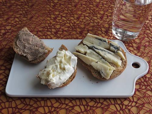 Leberwurst, Le Vignoble und Gorgonzola auf Roggenbrötchen