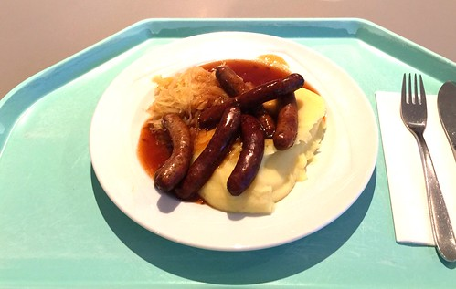 Nuremberger fried sausages with sauerkraut & mashed potatoes / Nürnberger Rostbratwürstchen mit Sauerkraut & Kartoffelpüree