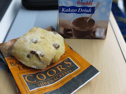 Quarkrosinenbrötchen von der Bäckerei Coors (Osnabrück Hbf) mit Kakao Drink als Frühstück im Zug