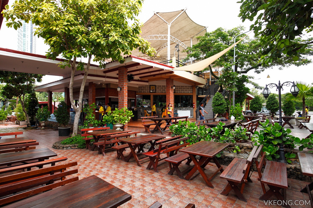 Pupen Seafood outdoor seating area
