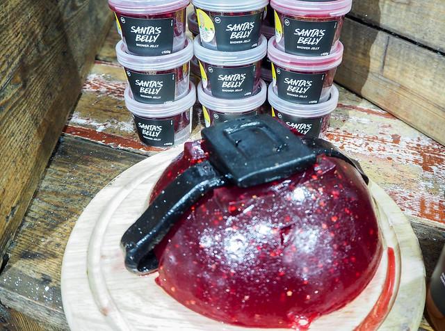 PB187889.jpgLushHelsinkiSantasBelly, santa's belly, suihkuhyytelö, shower jelly, star anise, apple juice, red wine, punaviini, tähtianis, omenamehu,