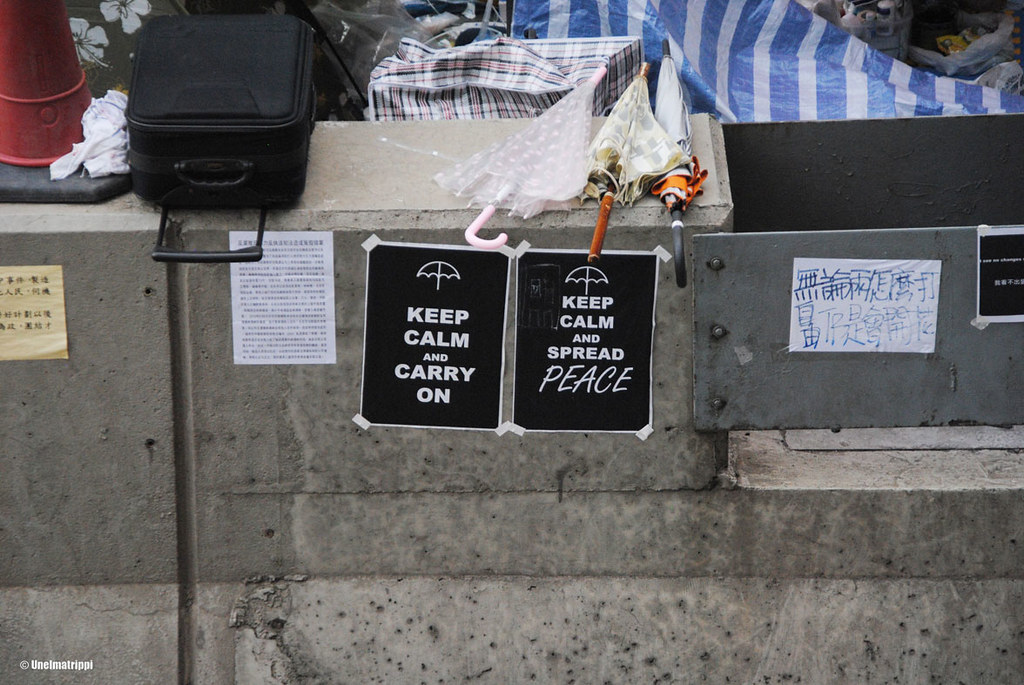 Mielenosoittajien lappuja ja tavaroita Admiraltyn aseman tuntumassa sillalla