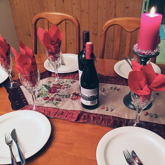 JouluruokaKattaus, joulu, christmas, inspiration, joulupöytä kattaus, christmas table place setting, red christmas color, joulun punainen väri, red wine, punainen viini,