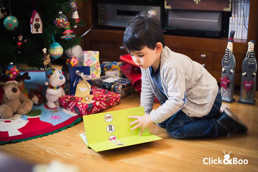 Miguel abriendo regalos
