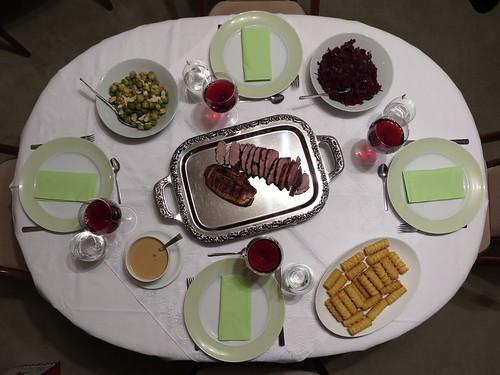 Entenbrustfilet mit Rotkohl, Rosenkohl und Kroketten (Tischbild)