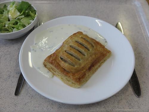 Vegetarische Blätterteigtasche mit Schnittlauchdipp und Salat mit Apfelsoße (in der Mensa der Universität Oldenburg)