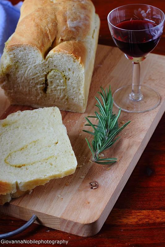 Ricetta della treccia di pane farcita con crema di robiola, pistacchi e salvia