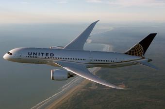 United B787 volando sobre LAX (United)