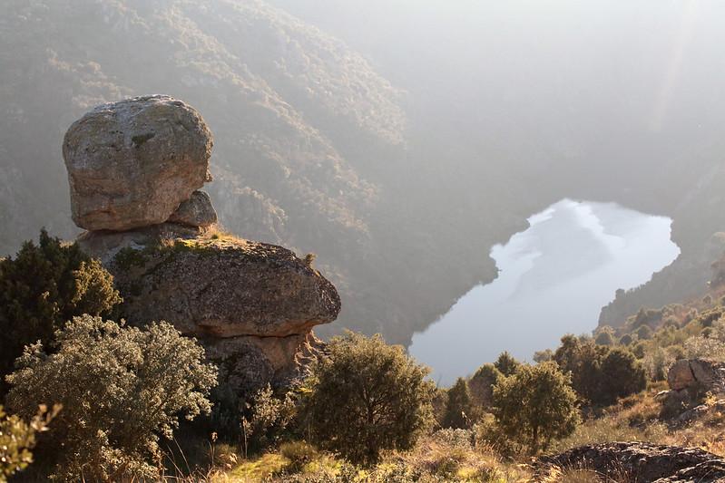 Por trás dos montes