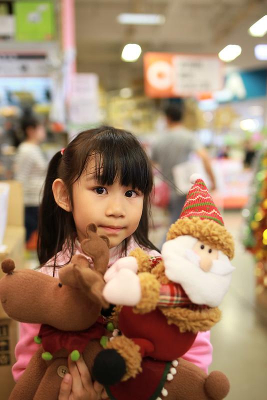 每個孩子可以挑一個大的耶誕裝飾,小幸福挑了這個。