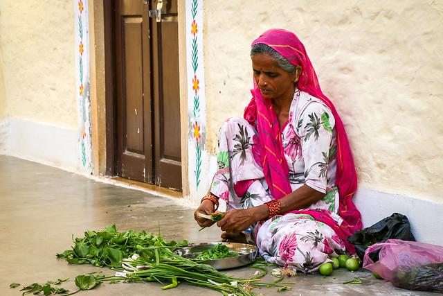 Prepareing dinner outside of the house, Jaisalmer Fort, India ジャイサルメール・フォート 家の外で夕食の準備をする女性