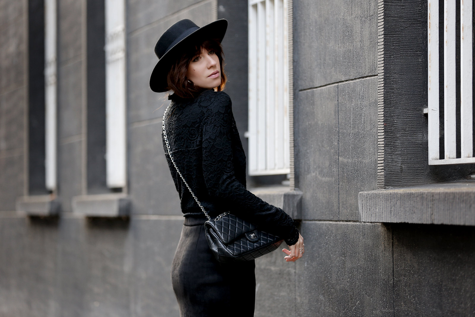 VILA lace layering black allblack hat spanish style dark romance fishnet tights chanel classic luxury bag fashionblogger ricarda schernus cats & dogs modeblog düsseldorf berlin minimal edgy cool styling lookbook ootd 4