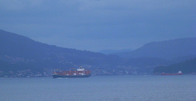 Buque bien cargado y barco rojo