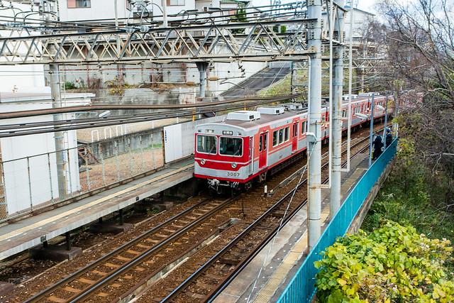 円山駅から見た神戸電鉄の車両。通称「ウルトラマン」