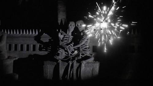 アピチャッポン・ウィーラセタクン《花火(アーカイヴス)》2014年 シングルチャンネル・ヴィデオ・インスタレーション HDデジタル、カラー、ドルビーデジタル5.1、6分