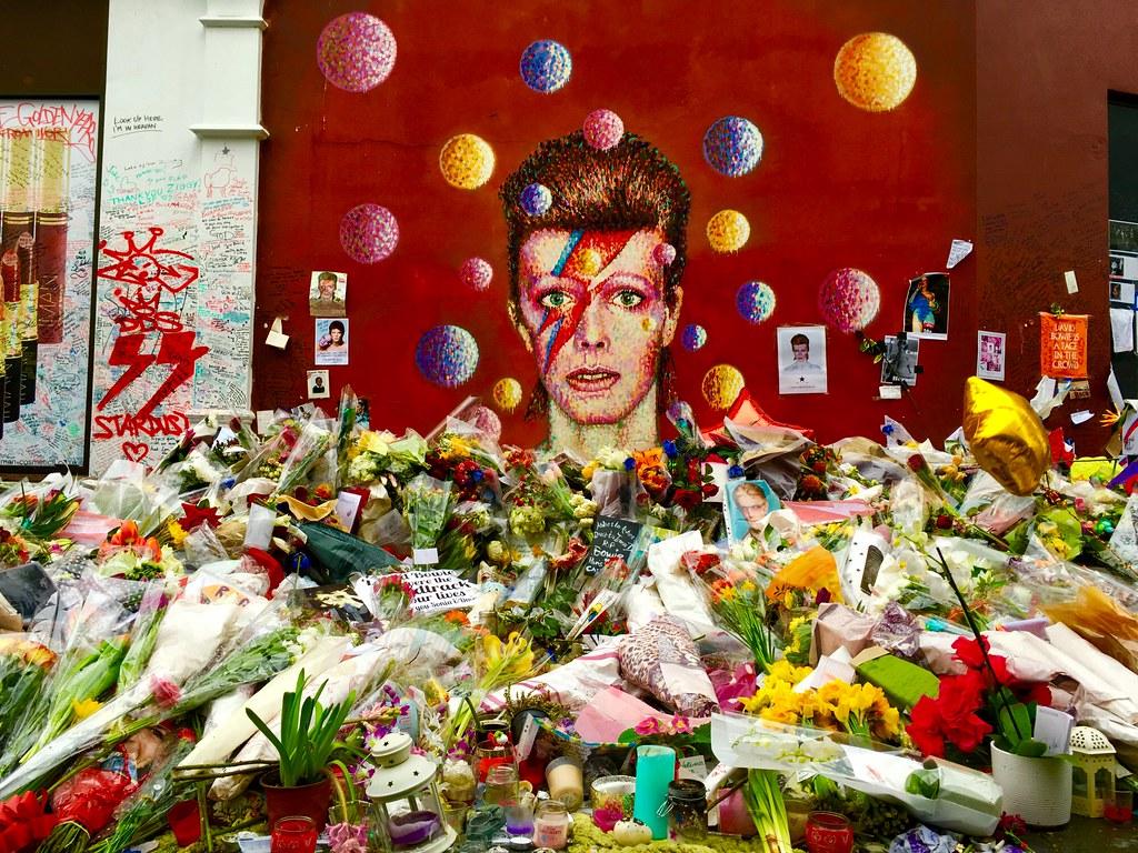 Hommage à l'enfant du quartier par les habitants de Brixton devant une peinture à son effigie - Photo de frankieleon @ Flickr