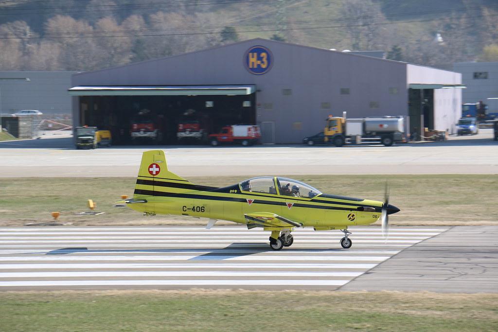 Aéroport - base aérienne de Sion (Suisse) 25805411246_1139d8a286_b