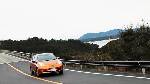 パールロードを走る電気自動車「日産リーフ」