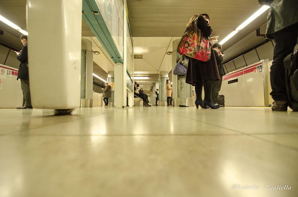 La metro di Tokyo: stazioni dal pavimento scintillante