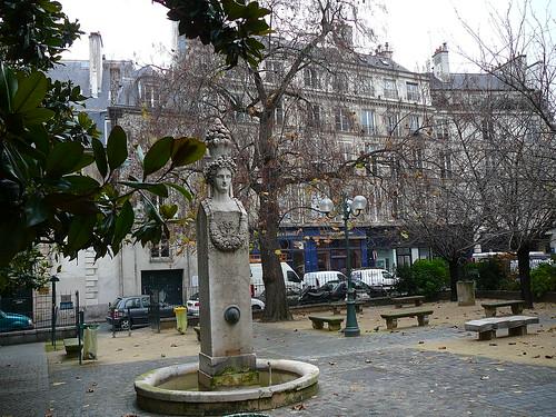 Park behind Institut de France