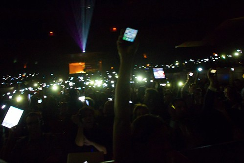 Iluminados por los iPhones, iPads, HTCs,...
