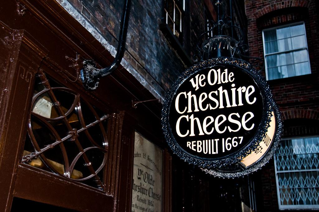 Enseigne du pub historique Ye Olde Cheshire cheese à Londres.