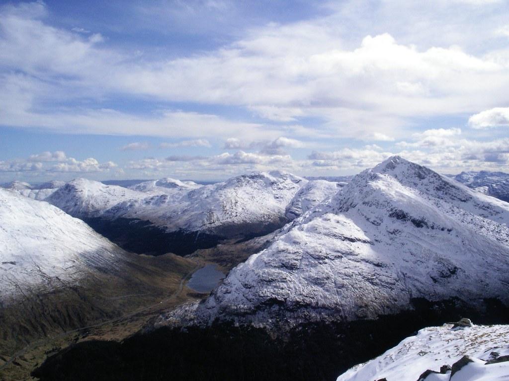 Met sneeuw bedekte bergtoppen
