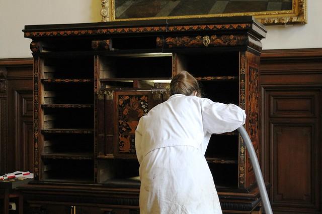Étude du mobilier du salon Richelieu par des élèves de l'Institut National du Patrimoine
