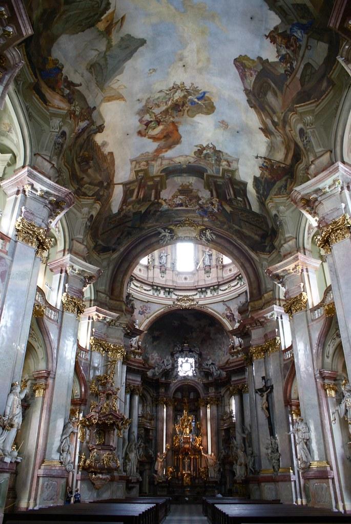 > Intérieur de l'église Saint Nicolas à Mala Strana, Prague.