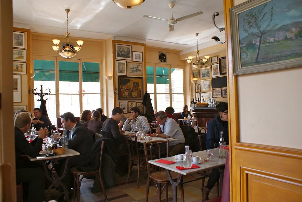 Café Bellecour, café à la française avec de nombreuses oeuvres au murs : Un lieu typique de Lyon.