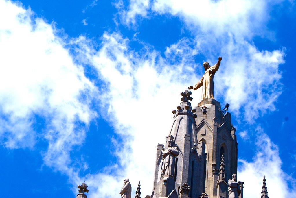 Statue de Jésus au sommet de l'église Sagrat Cor au sommet de Tibidabo à Barcelone.