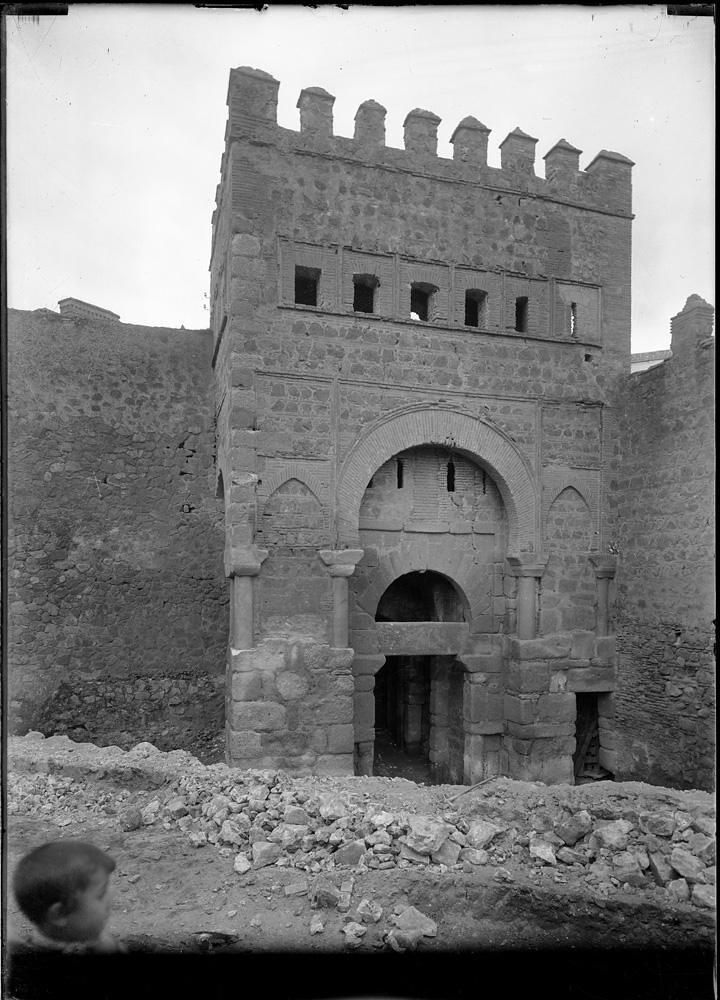 Puerta Vieja de Bisagra a comienzos del siglo XX. Fotografía de J. Lacoste © MECD, Fototeca del IPCE, signatura VN-15575_P