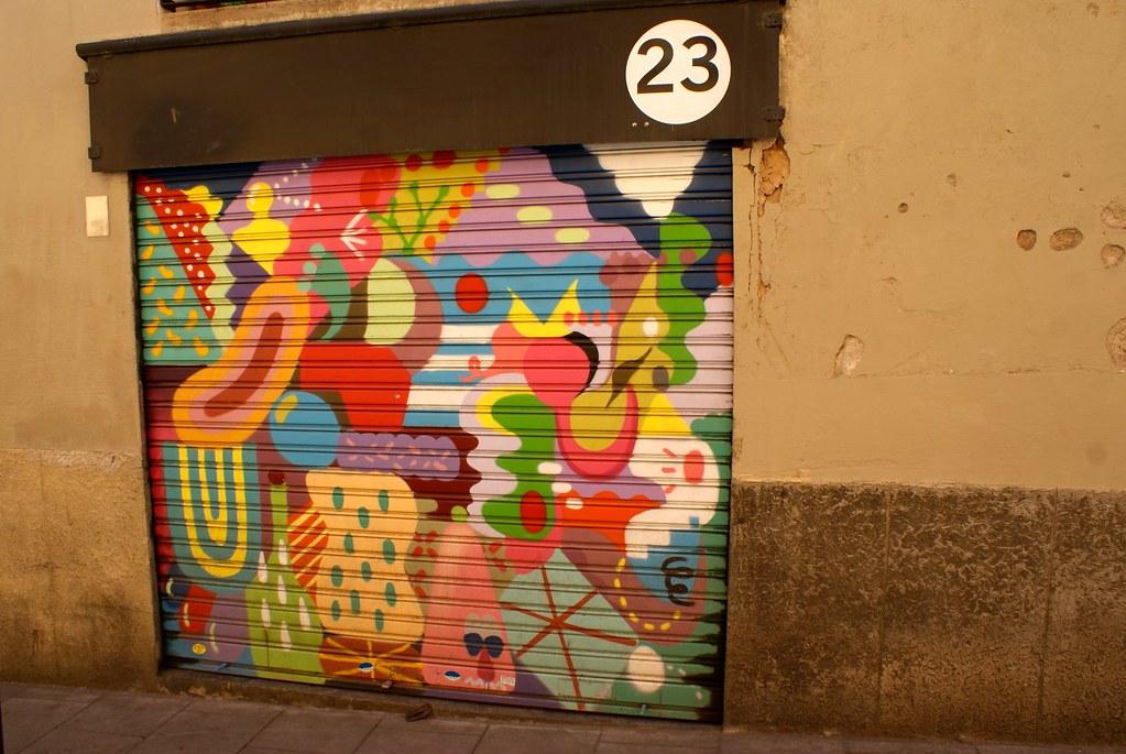 Street art surdevanture à Barcelone : Organique et abstrait et figuratif on dirait un dessert ou des microbes ou des fruits. Un bazar joyeux.