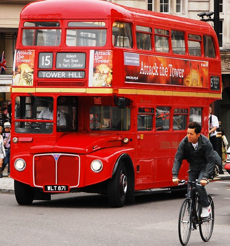 how to get to trafalgar square by bus