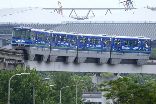 Osaka Monorail wearing GAMBA Osaka wrapping (1)