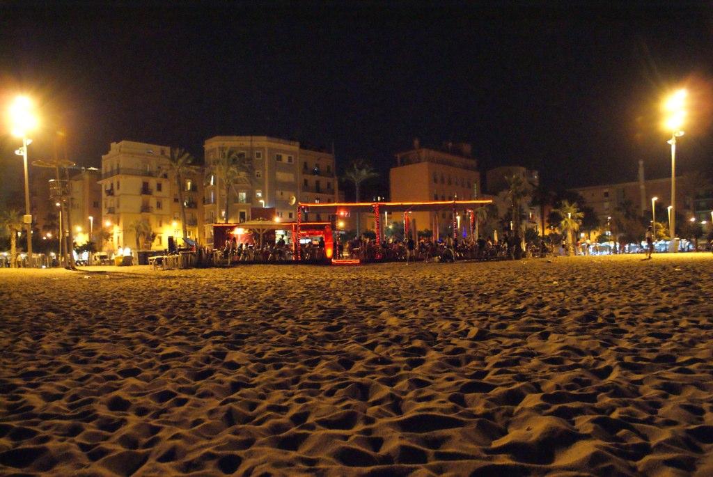 Bar sur la plage à Barcelone la nuit.
