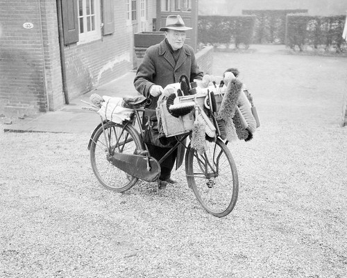 Borstelkoopman op de fiets / A brush salesman and his bicycle | by Nationaal Archief