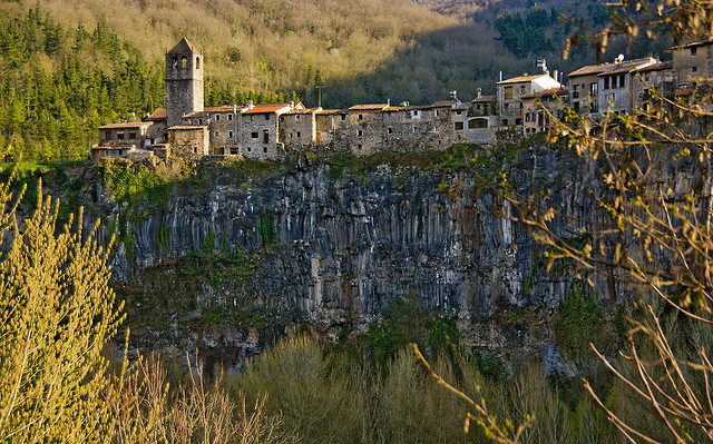 Castellfollit sobre el basalt / A town above the lava flow