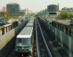 paris: metro esplanade de la d�fense et arc de triomphe