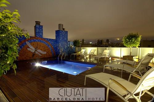 Piscina de noche hotel ciutat barcelona ciutat hotels for Noche hotel barcelona