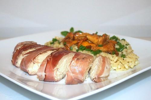 45 - Chicken filet in ham coat with goat cheese risotto & chanterelles - Side view / Hähnchenbrustfilet im Schwarzwälder Schinken an Ziegenkäse-Risotto mit Pfifferlingen - Seitenansicht