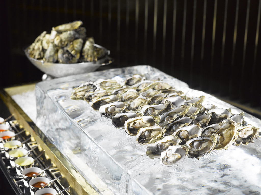manhattan-bar-freshly-shucked-oysters