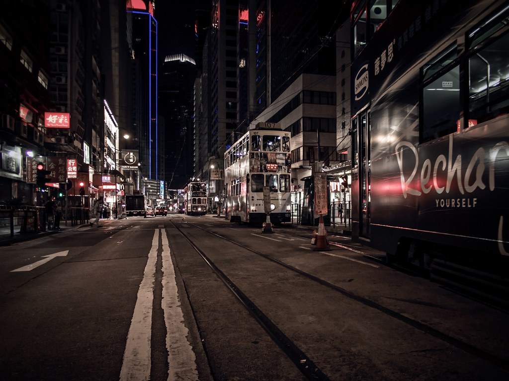 la nuit ... les tramways sortent ...  30810865870_a77de11341_b