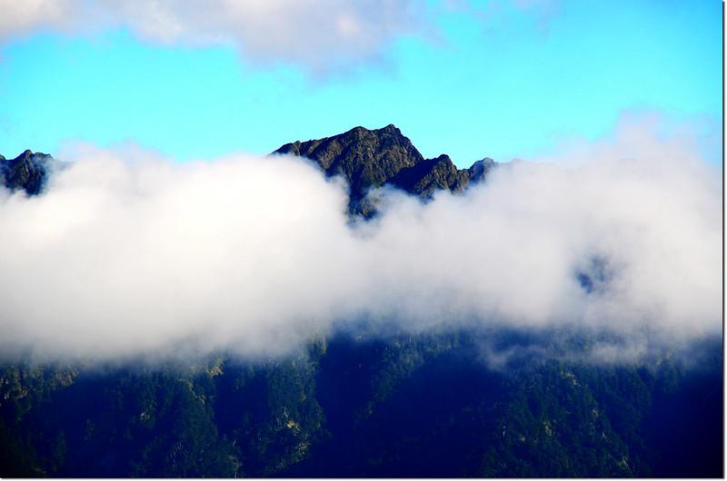山在虛無飄渺間