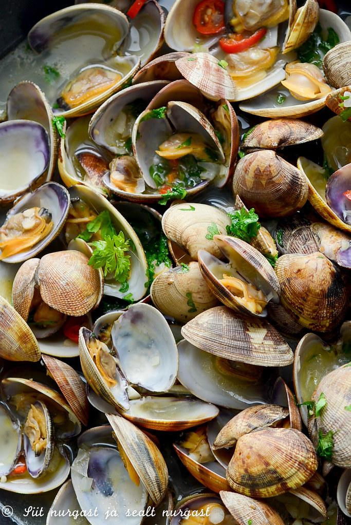 veenuskarbid musta pastaga (clams, vongole)
